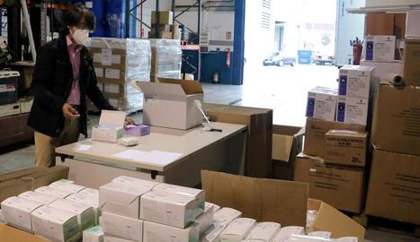 El director d'Afrucat, amb el material de seguretat adquirit per la patronal fructícola i la Xina.