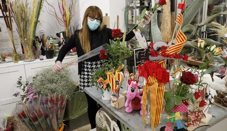 Carolina Sans, de la floristeria Carol de Lleida, preparava ahir els enviaments a domicili.