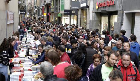 Una imatge de l'Eix Comercial de Lleida durant el dia de Sant Jordi del 2019, que avui no es repetirà.