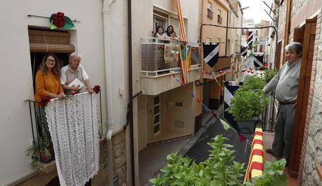 Balcons i finestres de Puigverd de Lleida lluien ahir engalanats per viure la festa de Sant Jordi, encara que sigui des del propi domicili.