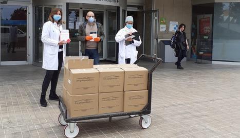 El tinent d'alcalde i regidor de Cultura, Jaume Rutllant, ha lliurat aquest dimecres 1.300 exemplars al personal de gestió de la Gerència Territorial de l'Hospital Universitari Arnau de Vilanova, d'on es faran arribar a l'Hospital de Santa Maria i altres espais sanitaris.