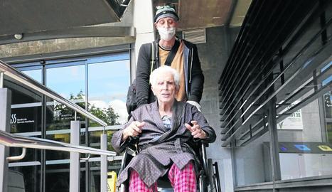 El nonagenari Alfredo Arbiol, que ahir va rebre l'alta hospitalària, acompanyat d'un dels seus fills.