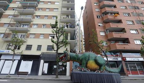 Lo Marraco de Lleida va recórrer ahir a la tarda els barris d'una ciutat confinada, sense gairebé gent ni cotxes pels carrers, per provar de mantenir la il·lusió de Sant Jordi.