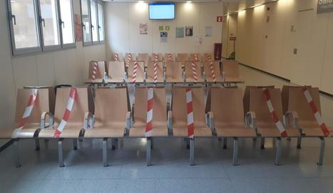 Imatges de les sales d'espera de l'Arnau i Santa Maria amb cintes a les cadires per mantenir la distància de seguretat entre els pacients.