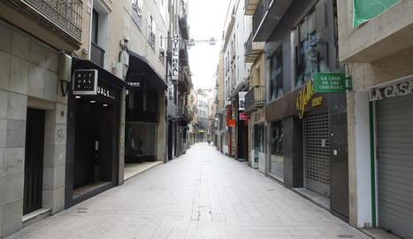 El carrer Major de Lleida, buit.