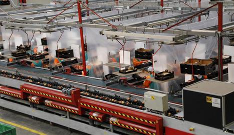 La central de Fruits de Ponent en una imatge d'ahir, amb les mampares i cortines entre els treballadors.