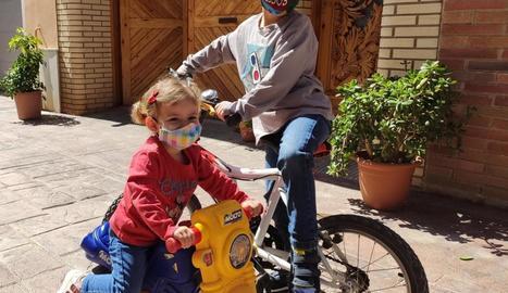 Nens i nenes de Solsona i Almacelles amb mascaretes infantils cosides per les diferents xarxes de voluntaris.