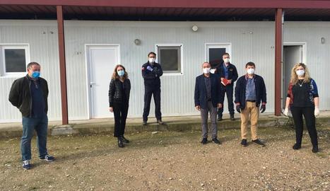 El pavelló d'Aitona, on ahir es col·locaven matalassos per habilitar desenes de places per si hi ha contagis.