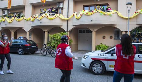 Vehicles de Creu Roja, un punt assistencial, un cotxe i una bici van circular per tots els carrers de la capital del Sió animant els veïns a cantar i ballar des dels balcons.