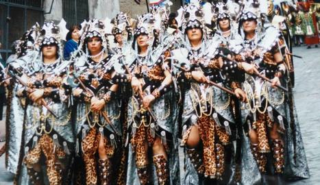 1997. Dolors Morelló, 3a per l'esquerra, baixant e Al comandament de les tropes.