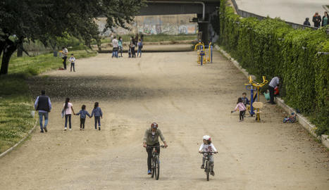A peu, amb patinet o amb bicicleta, així van sortir ahir els nens menors de 14, acompanyats d'un adult, a la canalització del riu Segre a Cappont.