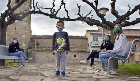 Imatge de canalla al carrer a Massoteres, on no hi ha ni una dotzena de nens i nenes.