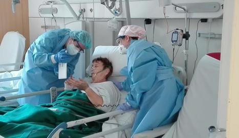 Una pacient del Santa Maria parla amb la família amb una tauleta.