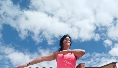 María José Cuadra, de Torrefarrera, segueix des de casa els exercicis que proporciona l'AECC.