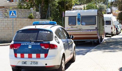 Un cotxe dels Mossos custodia l'autocaravana del presumpte assassí en sèrie, aparcada a les Planes.