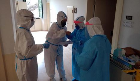 Voluntaris de l'ONG Open Arms realitzen proves de detecció del coronavirus en un residència de Girona.