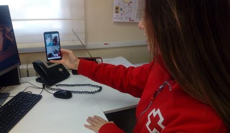 La psicòloga Maria Campistany, de Creu Roja Lleida, en una videotrucada amb cuidadors familiars.
