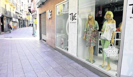 La principal artèria comercial de Lleida ciutat, l'Eix, ahir amb les botigues tancades i buida.