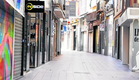 El coronavirus ha buidat l'Eix Comercial, amb els comerços tancats i els consumidors confinats.
