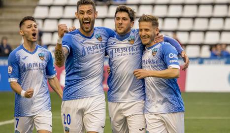 Adri León, el segon per l'esquerra, amb el dorsal 20, celebra un gol amb diversos companys.