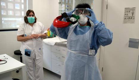Una metge equipada amb EPI per atendre pacients a Amposta.