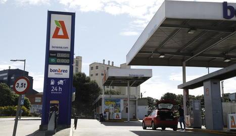 Imatge d'una estació de servei al polígon El Segre de Lleida amb preus per sota de l'euro.