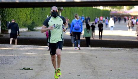 Imatge insòlita a la vora del riu a Lleida amb una gran afluència de veïns fent esport i passejant