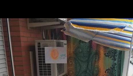 Sopar familiar. A dalt, aniversari confinat. A la dreta, una de les germanes estén la roba després de repartir-se les tasques domèstiques.