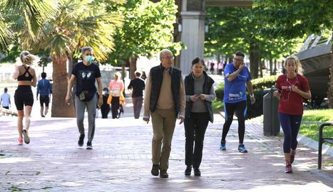 Diverses persones passegen el primer dia de desconfinament a l'Arenal de Bilbao.