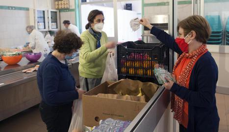 Voluntaris de la comunitat de Sant'Egidio distribueixen aliments a necessitats a Roma.