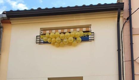 Els veïns del barri dels Magraners van celebrar divendres un vermut als seus domicilis. A la imatge de la dreta, un balcó decorat durant les festes de Torrelameu.