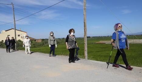 Els carrers i passejos de Lleida es van omplir ahir amb gent que anava amb el gos, esportistes i passejants que aprofitaven la desescalada.