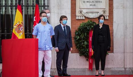 L'alcalde de Madrid, al costat de la presidenta Díaz Ayuso.