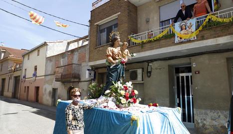 Els veïns van engalanar els balcons per realçar aquesta edició especial de la processó de la Verge del Roser i les festes.