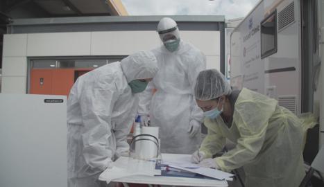 L'equip científic, durant l'experiment de l'assaig clínic.