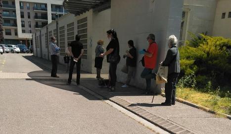 Usuaris feien cua ahir al matí davant del CAP de Balàfia-Pardinyes-Secà de Sant Pere.