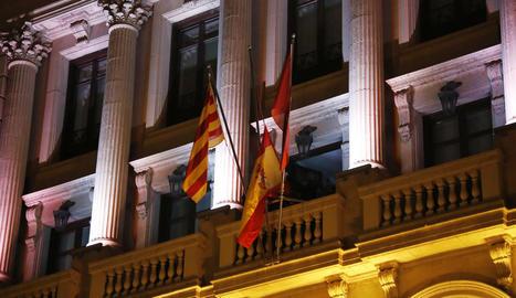 Moment en què van despenjar la bandera de la segona planta el passat 3 de gener.