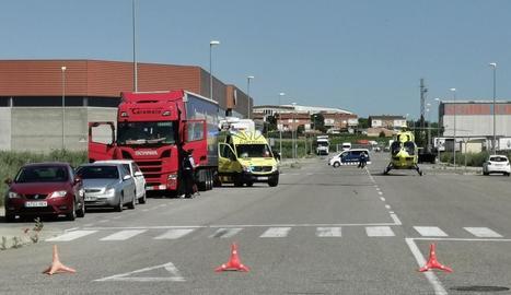 L'helicòpter medicalitzat va aterrar al costat del camió i va evacuar el ferit a l'hospital Vall d'Hebron.
