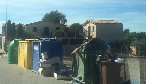 Targetes per a les escombraries - A partir del setembre, els veïns del Palau, Sidamon i Vilanova de Bellpuig utilitzaran una targeta per poder tirar les escombraries als contenidors de la fracció orgànica i rebuig. A la imatge, contenidors de Vi ...