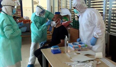 Sanitaris realitzen una presa de mostres per a la prova PCR en una residència a Canet de Mar.