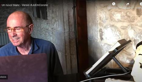 El cantant Lluís Llach interpreta la nova versió de la seua cançó 'Un núvol blanc' amb tres artistes més.