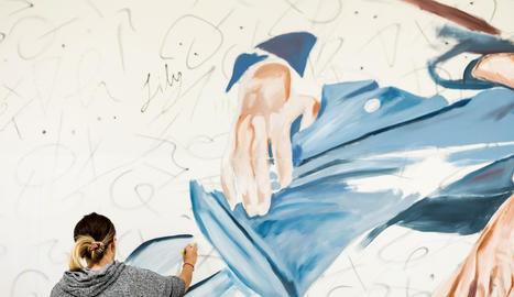 L'artista lleidatana va començar a treballar al mural de l'interior de la clínica aquest mateix dilluns.