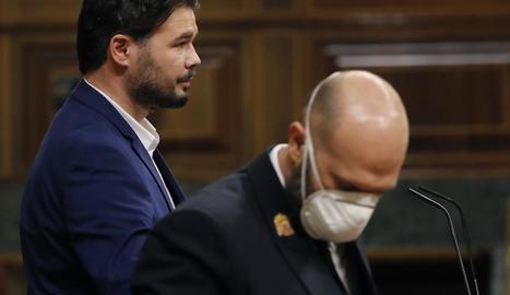 Rufián, ahir, al Congrés, al costat d'un empleat de la cambra baixa protegit amb una màscara.
