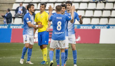 Jugadors del Lleida celebren un gol durant el partit davant de l'Eixea, disputat al Camp d'Esports.