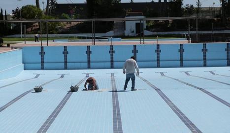 Operaris fent tasques de manteniment a les piscines municipals de les Borges Blanques.