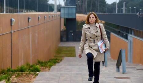 L'expresidenta del Parlament Carme Forcadell sortint caminant de la presó de Mas d'Enric el 17 de febrer del 2020.