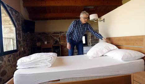 El president de la Federació de Cases Rurals de Lleida, Jaume Ramon, arreglant un llit de la casa rural La Torre del Codina, al Talladell.