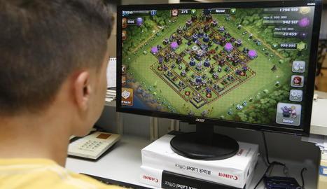 Imatge d'arxiu d'un adolescent jugant a un videojoc en línia.