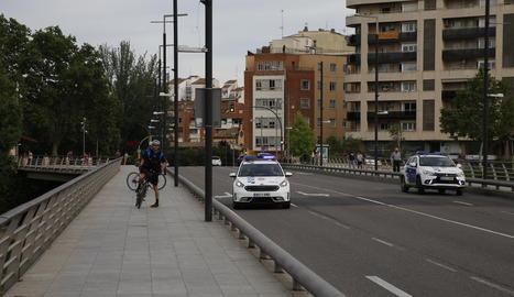 Diverses patrulles de la Urbana, també de la unitat ciclista, ahir al pont Vell per aquest succés.