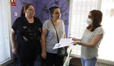 Moment de l'entrega de les fotocòpies per als alumnes a dos mares, ahir al matí.